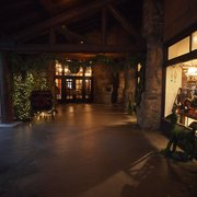 The Ahwahnee - Ahwahnee Entrance at Christmastime - Yosemite National Park, CA, Vereinigte Staaten