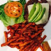 Jonathan's Grille - Mount Juliet, TN, États-Unis. Bison Burger and sweet potato fries! Yes!!