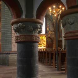 Blick von der uralten Taufkapelle zum…