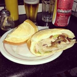 o famoso sanduíche de pernil -…