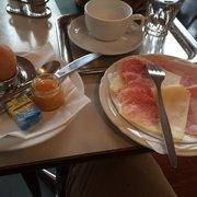 Wiener Frühstück und daneben die…