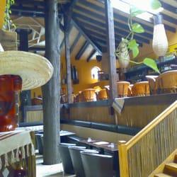Die Bäume wachsen durch die Bar