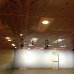 Station de métro Minimes-Claude Nougaro - Toulouse, France. les grilles du haut sont de couleur orange et le fond est bleu