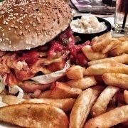 Chili Cheese Burger mit Fries und Cole…