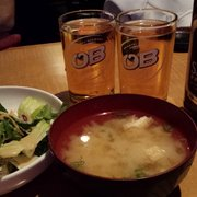 Z Sushi - Miso soup and salad that comes with the combination meal. Plus an order of a large Sapporo. - Alhambra, CA, Vereinigte Staaten