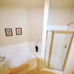 Providence Park Apartments - Myers II, master bath-Glass shower-two sinks - Charlotte, NC, Vereinigte Staaten