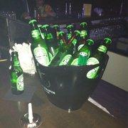 Heineken im Kühler an der Bar