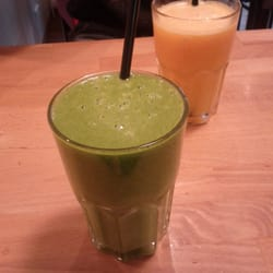 Green smoothie et jus d'orange frais