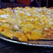 Next Door Pub - Lake Geneva, WI, États-Unis. mac n cheese pizza. so good. oh my.