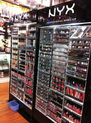 Beauty supply warehouse cosmetica en for Beauty salon equipment warehouse