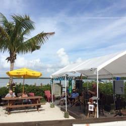 Marker 8.5 - Goodland, FL, États-Unis. Outdoor dining. Live music. Draft beer. Sun. Recreational water. Seafood. Love it.
