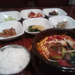 Seoul Gate Restaurant - Fairbanks, AK, États-Unis. Yukgaejang & Banchan (spicy beef soup & small dishes of veges).  $14.xx