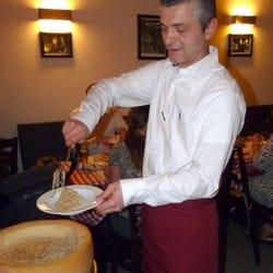 Bafti serviert Spaghetti Parmigiana