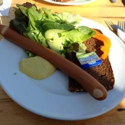 Bockwurst mit Brot und Salat