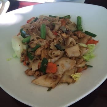 Ayara thai cuisine drunken noodles with chicken los for Ayara thai cuisine los angeles