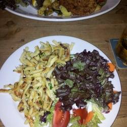 vorne: Käsespätzle; hinten: Schnitzel…