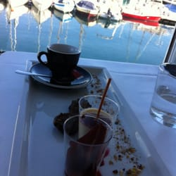 Café gourmand entourée des bateaux