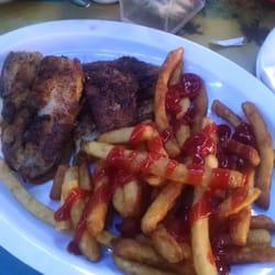 R Bar - Treasure Island, FL, États-Unis. Blackened catfish and French fries