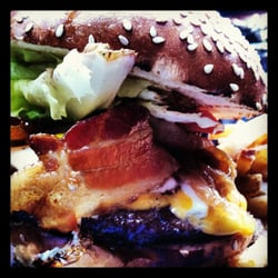 The Sunburnt Calf - Aussie Burger (Beef, Eggs, Cheese, Bacon, Beets, Onions, Pineapple, Lettuce and Tomato) - AMAZING :) - New York, NY, Vereinigte Staaten