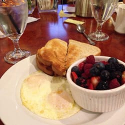 Hotel Diamond - Chico, CA, États-Unis. Complimentary breakfast at their downstairs restaurant location. Just perfect.