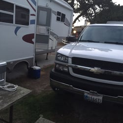 Pelican Point RV Park - Half Moon Bay, CA, États-Unis. My trailer to left and picnic table with neighbors truck in front