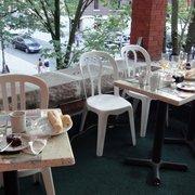 La Vieille Maison du Spaghetti - More dirty tables outside - Québec, QC, Kanada