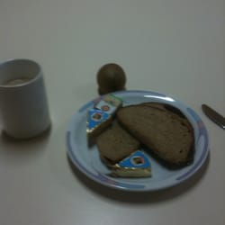 Erst mal frühstücken: Cappuccino,…