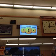 Raley's - The monitor that is connected  to heat sensors that predicts how many cashiers are needed. Every second if the day - Brentwood, CA, Vereinigte Staaten