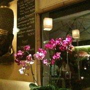 Wandtafel und Lotusblumen
