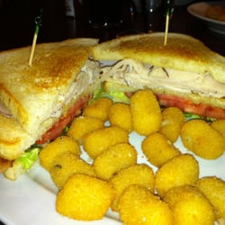 Sea Dog Brew Pub - Turkey club and homemade tatter tots - Woburn, MA, Vereinigte Staaten