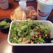 Bullritos - Houston, TX, États-Unis. Bowl, lime margarita, chips and guacamole.