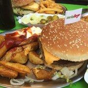Snakeburger mit Wedges und Krautsalat.