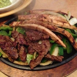 Acapulcos Mexican Family Restaurant & Cantina - Mixed chicken and beef fajitas - Enfield, CT, Vereinigte Staaten