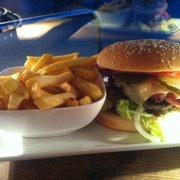 Bratar Burger mit Pommes als Beilage