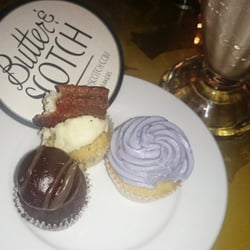 Butter & Scotch - Brooklyn, NY, États-Unis. Cupcake Trio: salted chocolate, maple bacon, and lavender lemon