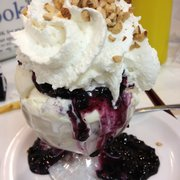 Knudsen's Ice Creamery - blueberry cheesecake sundae with blueberry sauce + nuts. (extra charge for the nuts.) - Castro Valley, CA, Vereinigte Staaten