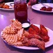 Pluckers Wing Bar - Boneless Wing Basket (3 Baker's Gold/2 Parmesan Garlic) with side of Waffle Fries and a Sweet Tea! - Grapevine, TX, Vereinigte Staaten