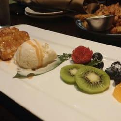 Izakaya Fu-ga - Los Angeles, CA, États-Unis. Kabocha Pumpkin Bread Pudding, and Garlic Fries in the back.