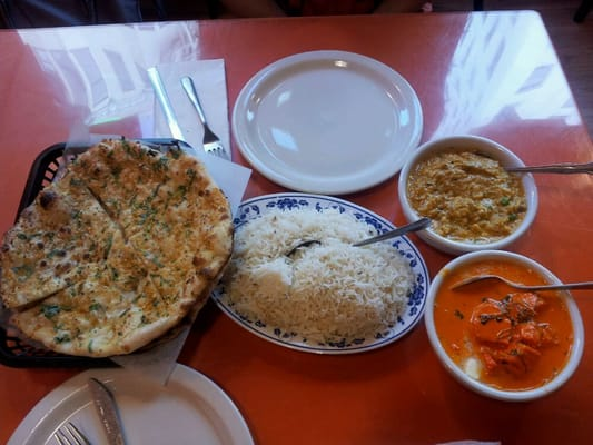 Lahore Karahi - From left to right: Garlic Naan, Lahore Karahi Rice, Bengan Bhartiia (top) & Butter Chicken (Bottom; orange one) - San Francisco, CA, Vereinigte Staaten