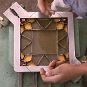 Die Metallschablone wird vorsichtig…