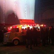 L'1 des 8 food trucks installés pour la…