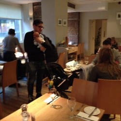 Nonna's Kitchen - Édimbourg, Edinburgh, Royaume-Uni. Waiter baby minding for customers!