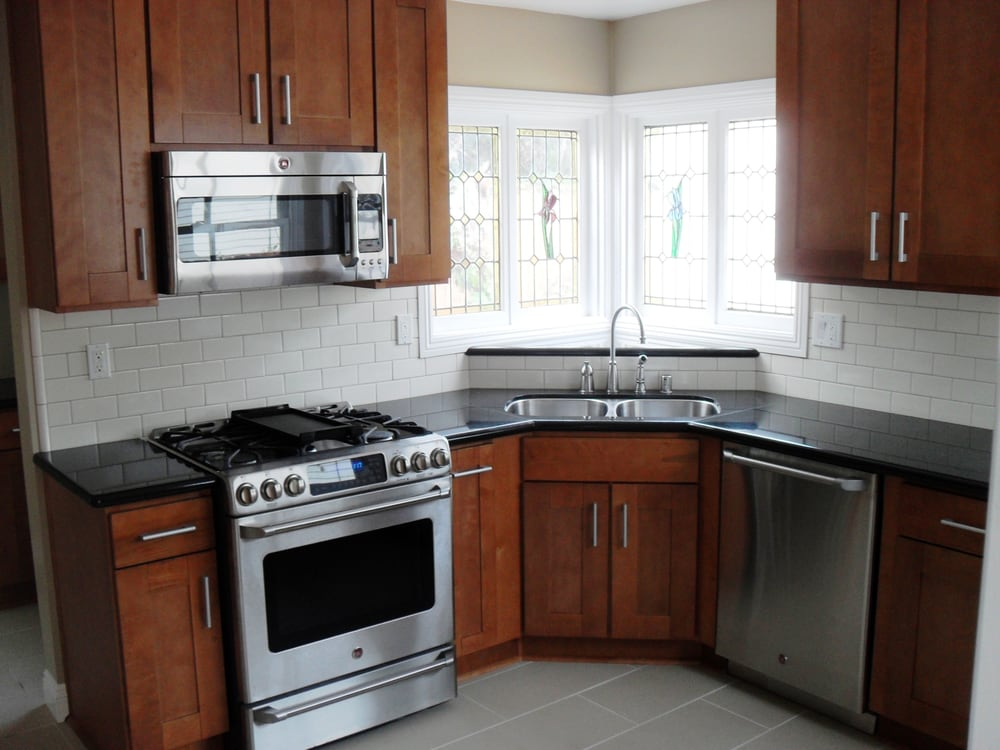 Brentwood kitchen features sandalwood finish shaker for Shaker style kitchen with granite