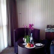 Kleiner Lounge-Tisch gegenüber dem Bett