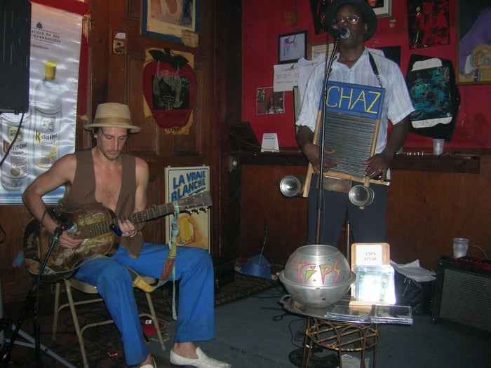 Apple Barrel Bar - New Orleans, LA, États-Unis. Washboard Chaz at Apple Barrel