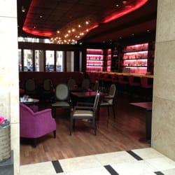 Blick aus der Lobby in die Bar Fifty…