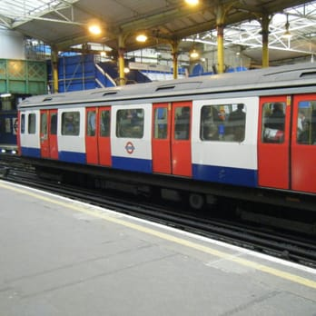 Circle Line train at Farringdon