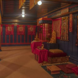 Tibetan Nyingma Institute - Main meditation late afternoon, decorated with the rich colors and images of the Tibetan  tradition. - Berkeley, CA, Vereinigte Staaten