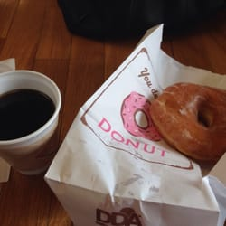 Yummy's Donuts House - Lakewood, CO, États-Unis. Small coffee and a raised donut