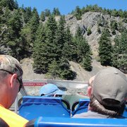 Deception Pass Tours - Anacortes, WA, États-Unis. pic of ppl's heads on the boat tour - we are looking at a teeny tiny hole in the mountain side where they used to house prisoners.